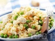 Рецепта Вкусно ризото с бял ориз, месо от пилешки гърди / филе, замразен грах, бяло вино и сирене пармезан